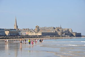 Saint-Malo_(France),_beach_and_ramparts,_2014